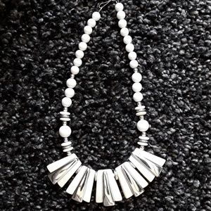 Jewelry - 💖White and Ivory necklace